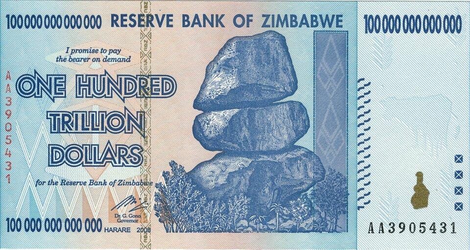 Na zdjęciu banknot. Na banknocie napisy. Na środku rysunek trzech dużych skał ułożonych jedna na drugiej. Wdole las.