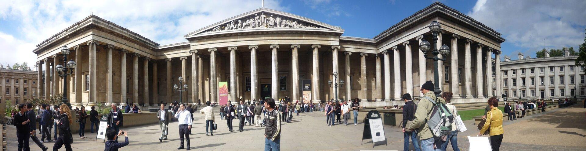 Na zdjęciu potężny budynek zmonumentalną kolumnową fasadą przypominająca antyczne świątynie.