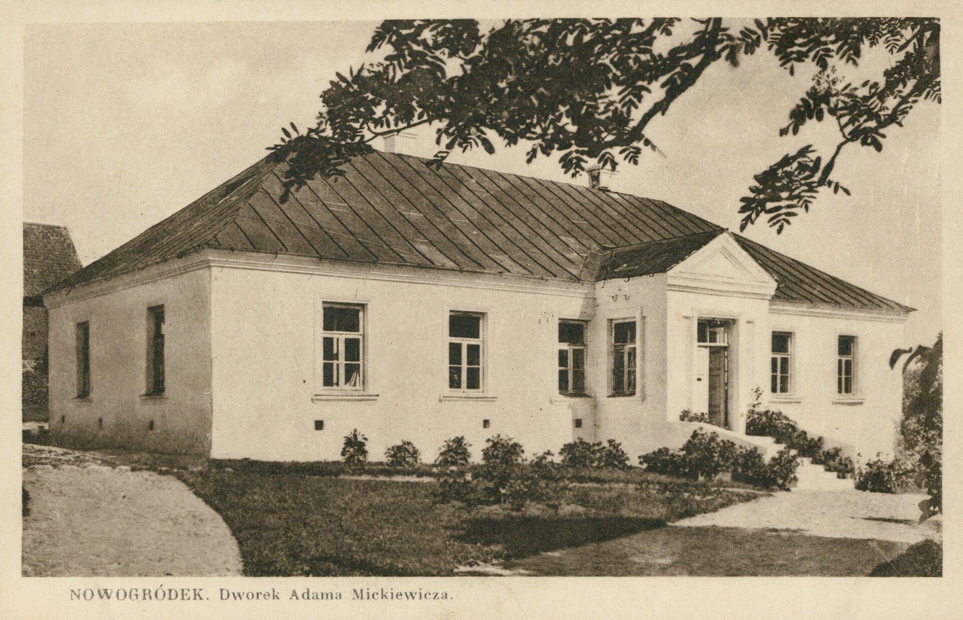 Nowogródek. Dworek Adama Mickiewicza Nowogródek. Dworek Adama Mickiewicza Źródło: 1927–1936, pocztówka, domena publiczna.