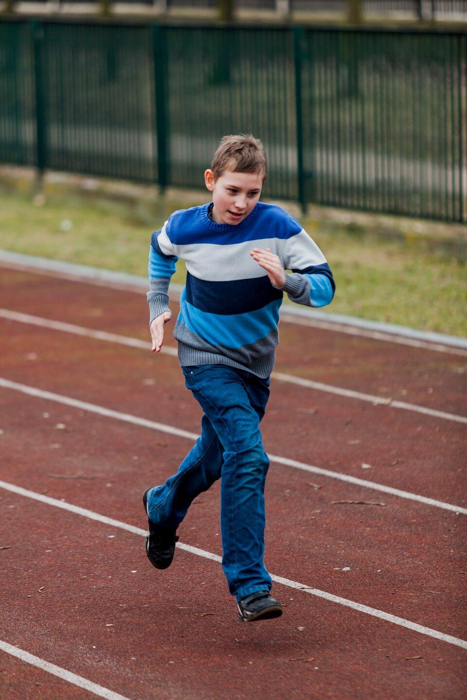 Pokaz slajdów składający się zserii fotografii, na każdej przedstawione jest dziecko lub grupa dzieci uprawiających sport lub podejmujących wysiłek fizyczny: bieganie.