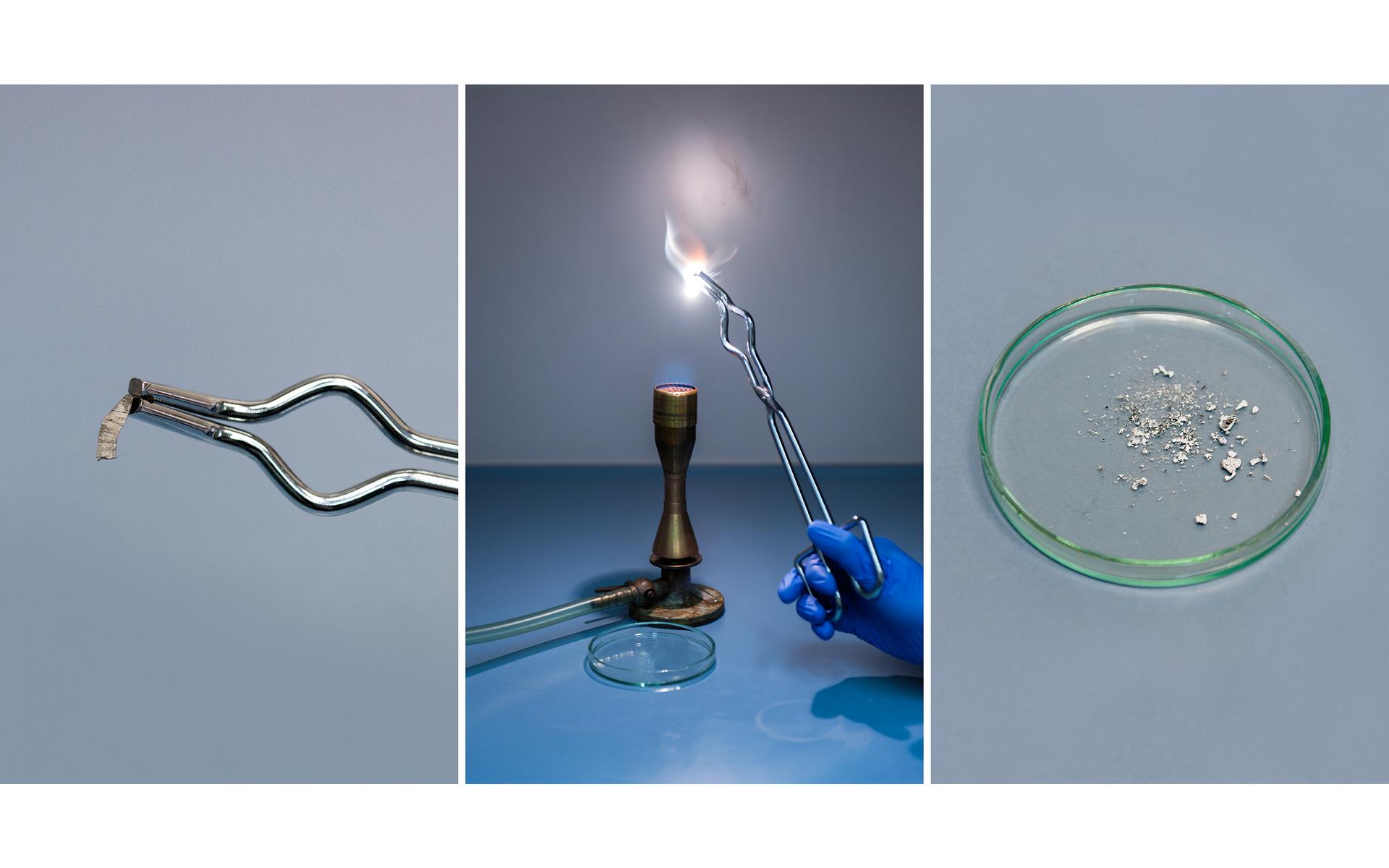 Ilustracja prezentuje trzy zdjęcia umieszczone obok siebie prezentujące eksperyment polegający na spalaniu wstążki magnezowej. Pierwsza fotografia od lewej przedstawia końcówkę szczypiec trzymające krótki kawałek szarej metalicznej wstążki. Na drugim zdjęciu dłoń wochronnej rękawicy trzyma płonący jasnym światłem metal nad palnikiem gazowym. Tuż obok palnika na blacie stołu leży naczynie Petriego. Trzecie zdjęcie przedstawia wspomnianą szalkę zbliska. Leży na niej produkt spalania, biały proszek tlenek magnezu.