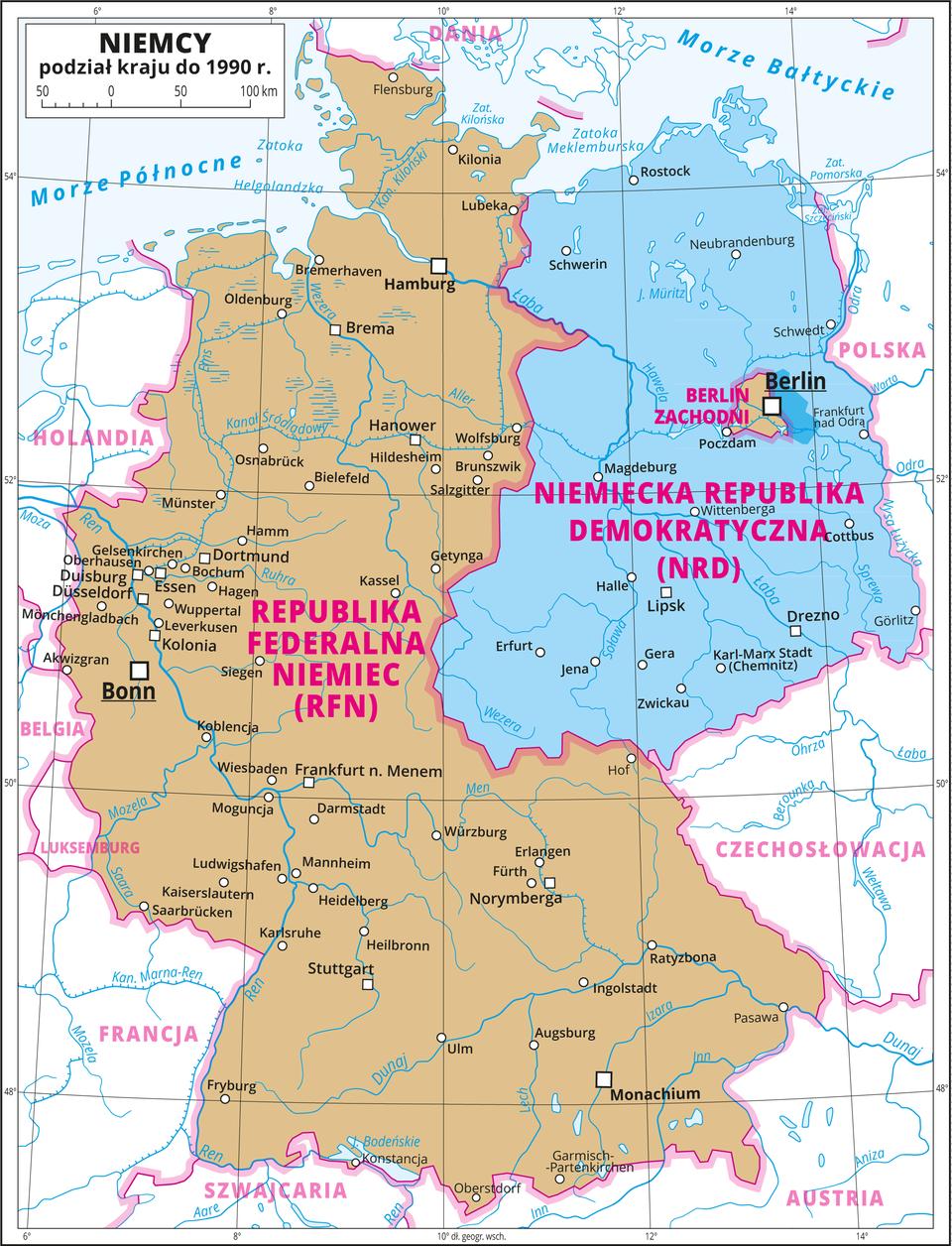 Ilustracja przedstawia mapę polityczną Niemiec. Na mapie przedstawiono podział kraju do tysiąc dziewięćset dziewięćdziesiątego roku. Część zachodnią oznaczono kolorem brązowym iopisano Republika Federalna Niemiec. Stolica – Bonn. Część północno-wschodnią oznaczono kolorem niebieskim iopisano Niemiecka Republika Demokratyczna. WBerlinie będącym stolicą Niemieckiej Republiki Demokratycznej wydzielono Berlin Zachodni należący do Republiki Federalnej Niemiec ioznaczono go kolorem brązowym. Dookoła mapy wbiałej ramce opisano współrzędne geograficzne co dwa stopnie. Wlegendzie umieszczono iopisano znaki użyte na mapie.