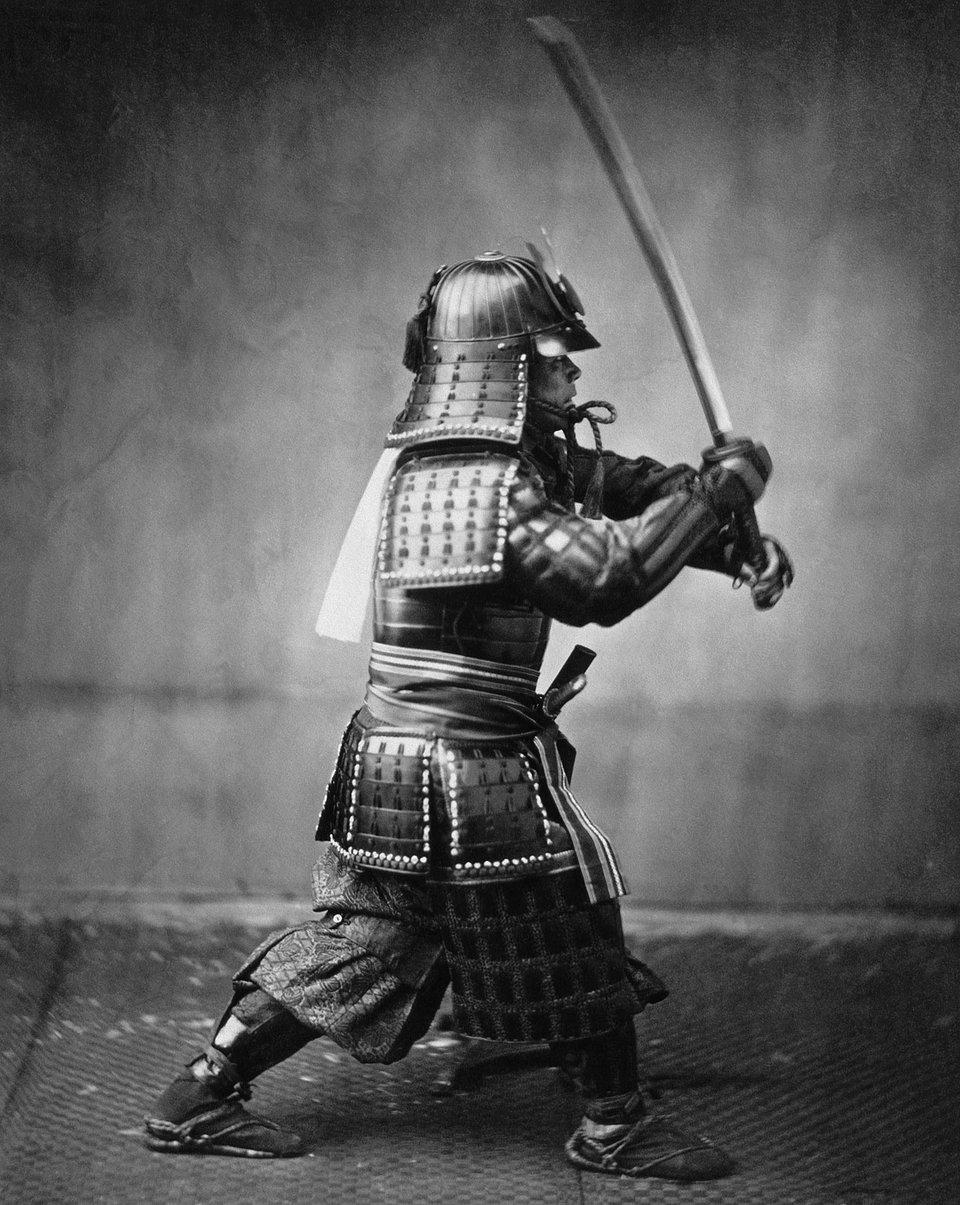 Samuraj wzbroi dowalki na miecze; fot. zXIX w. Samuraj wzbroi dowalki na miecze; fot. zXIX w. Źródło: Felice Beato, ok. 1860, Britannica.