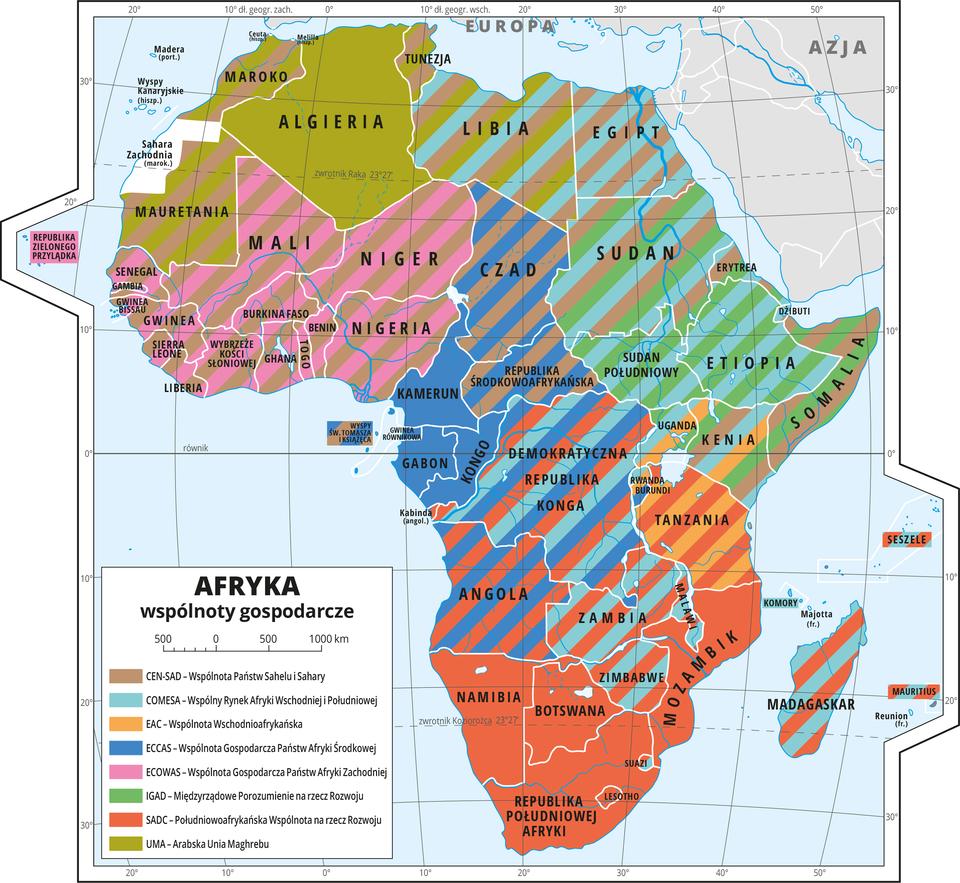 Ilustracja przedstawia mapę Afryki. Wody zaznaczono kolorem niebieskim. Opisano nazwy państw.Na mapie za pomocą ośmiu kolorów oznaczono państwa członkowskie wspólnot gospodarczych. Kolory rozłożone są nierównomiernie, wwielu miejscach występują wielokolorowe paski, co oznacza, że dane państwo jest członkiem wielu organizacji. Mapa pokryta jest równoleżnikami ipołudnikami. Dookoła mapy wbiałej ramce opisano współrzędne geograficzne co dziesięć stopni.Po lewej stronie mapy objaśniono kolory użyte na mapie. Na mapie przedstawiono następujące organizacje: CEN-SAD – Wspólnota Państw Sahelu iSahary, COMESA – Wspólny Rynek Afryki Wschodniej IPołudniowej, EAC – Wspólnota Wschodnioafrykańska, ECCAS – Wspólnota Gospodarcza Państw Afryki Środkowej, ECOWAS – Wspólnota Gospodarcza Państw Afryki Zachodniej, IGAD – Międzyrządowe Porozumienie na rzecz Rozwoju, SADC – Południowoafrykańska Wspólnota na rzecz Rozwoju, UMA – Arabska Unia Maghrebu.