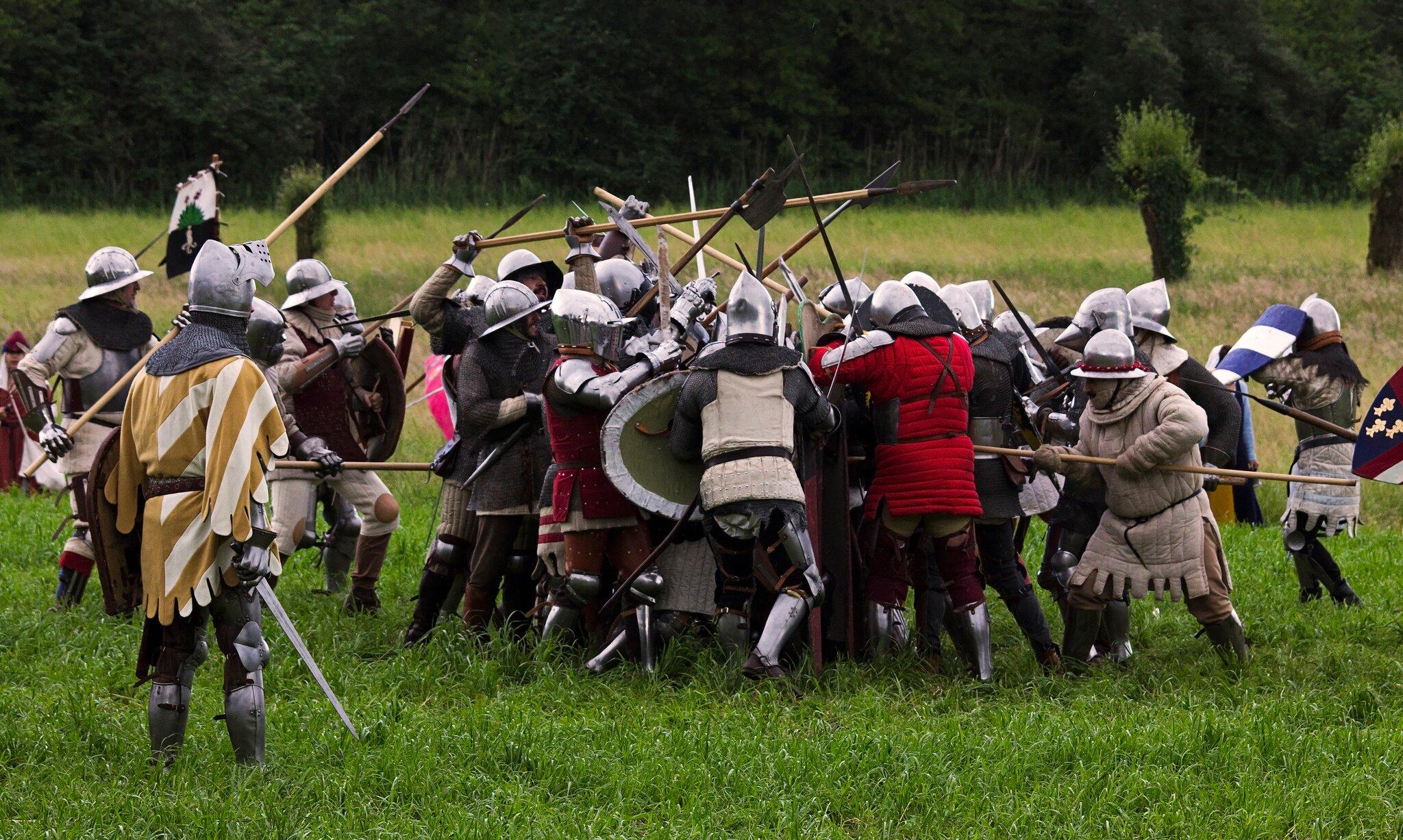 Rekonstrukcja walki średniowiecznych rycerzy Rekonstrukcja walki średniowiecznych rycerzy Źródło: Edoardo Forneris, fotografia barwna, licencja: CC BY-NC 2.0.