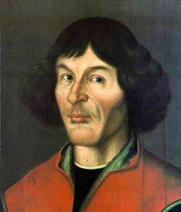 Ilustracja przedstawia Mikołaja Kopernika. Tło ciemnoszare. Mężczyzna wwieku ok. 50 lat. Włosy czarne, puszyste, falowane. Krótka grzywka. Nos długi. Usta małe. Wyraźnie zarysowany podbródek. Widoczna zmarszczka mimiczna biegnąca wzdłuż policzka, od nosa. Oczy ciemne, prawie czarne. Mężczyzna ubrany wczerwone okrycie, pod spodem widoczny czarny materiał.