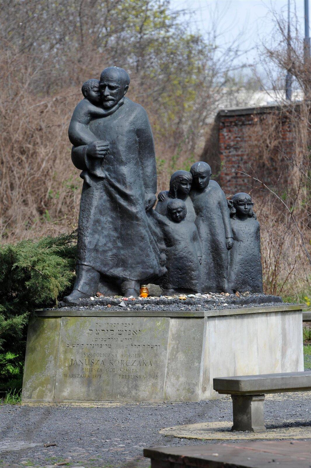 Symboliczny grób Korczaka na cmentarzużydowskim Symboliczny grób Korczaka na cmentarzużydowskim Źródło: Cezary Piwowarski, licencja: CC BY-SA 4.0.