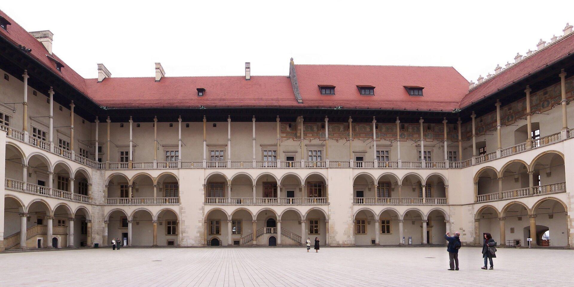 Dziedziniec krużgankowy na Wawelu Źródło: Jan Mehlich, Dziedziniec krużgankowy na Wawelu, 2008, fotografia, licencja: CC BY-SA 3.0.
