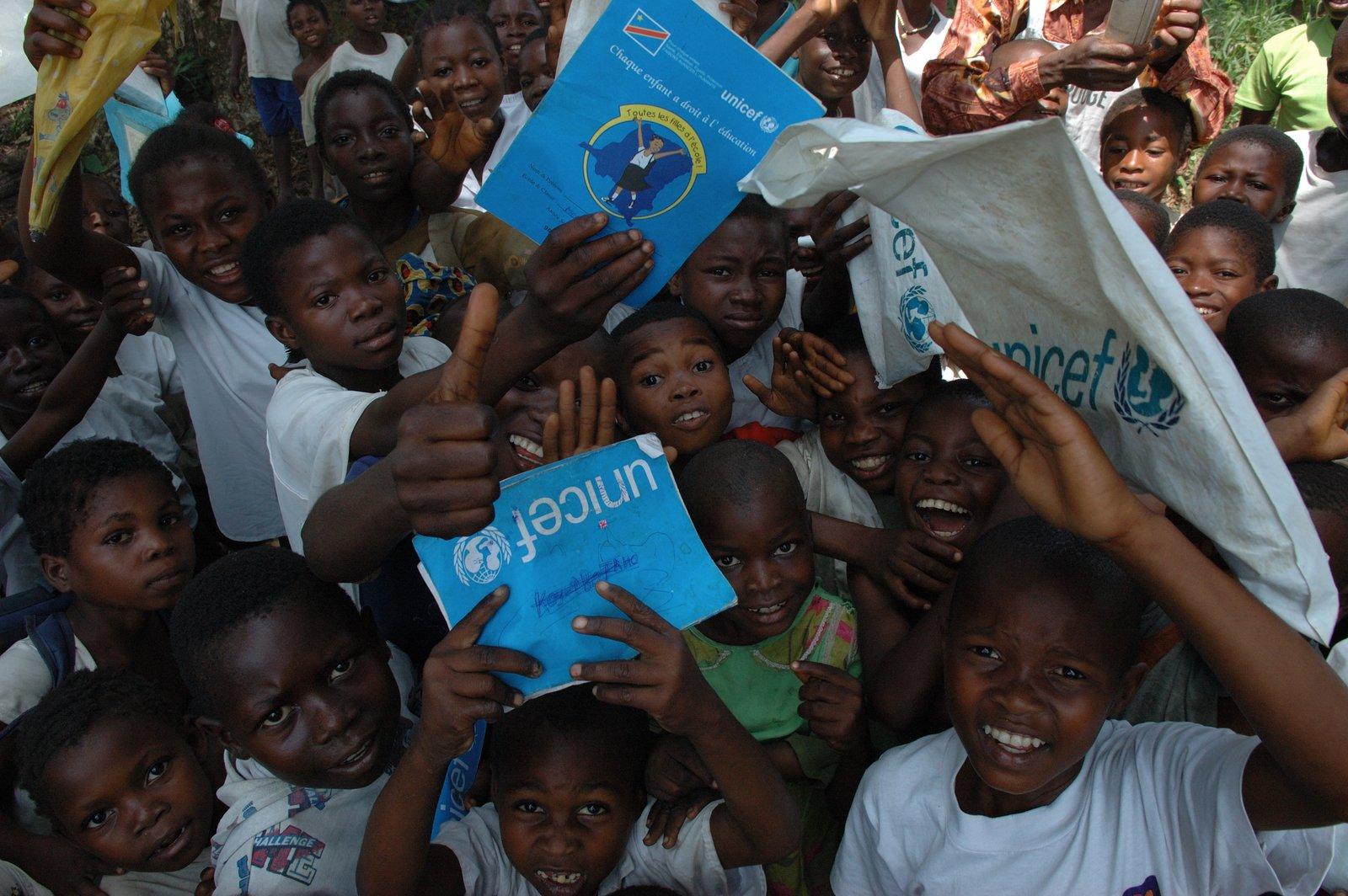 UNICEF działania Źródło: Julien Harneis, licencja: CC BY-SA 2.0, [online], dostępny winternecie: UNICEF pomaga dzieciom wKongo.