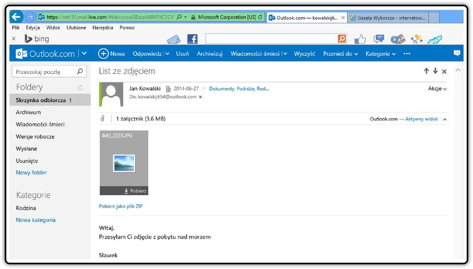 Zrzut okna skrzynki odbiorczej poczty Outlook.com zotwartą wiadomościa iwidoczną ikoną załącznika