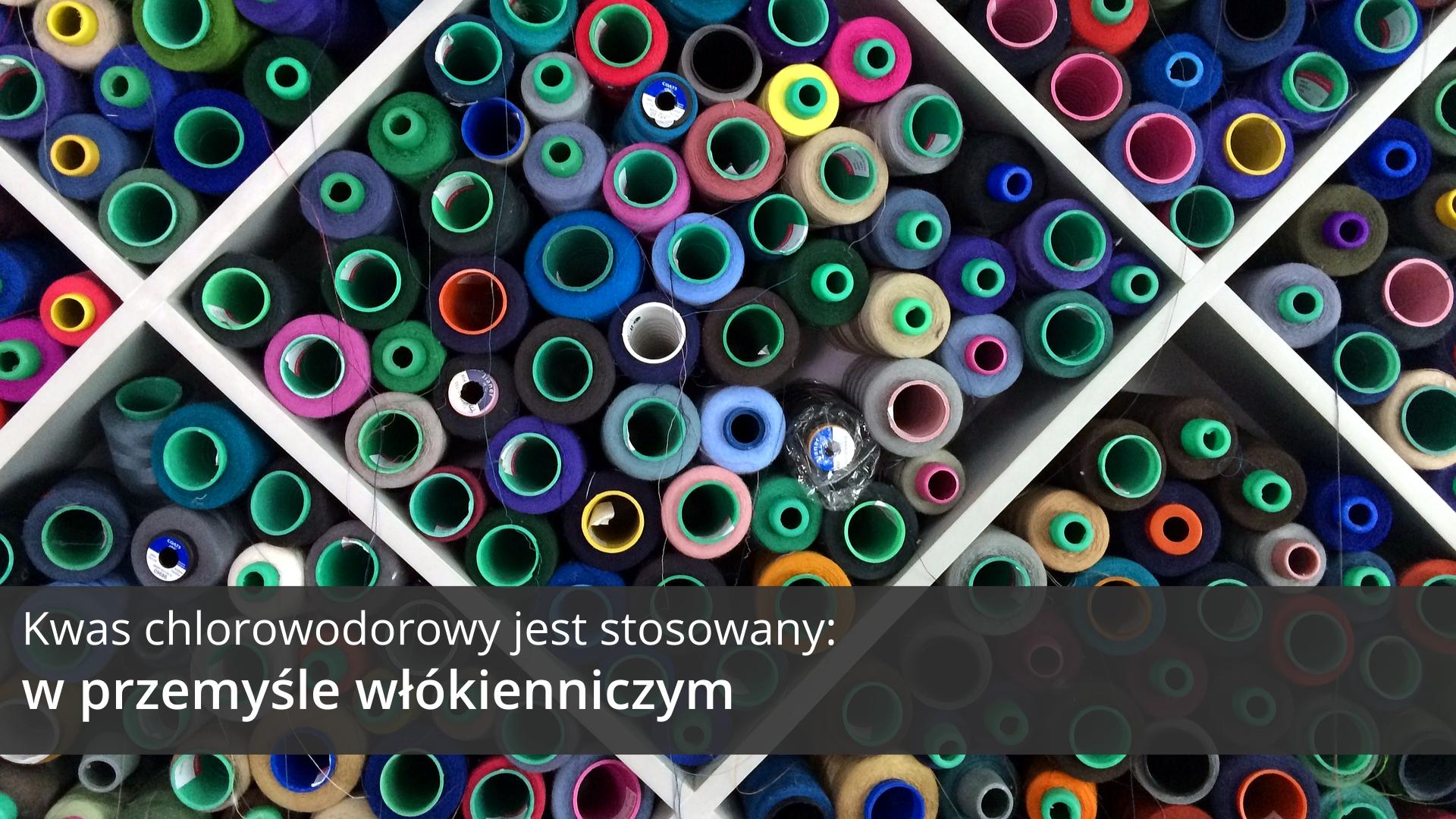 Trzecia ilustracja galerii przedstawia fragment otwartego pojemnika zdużymi przegródkami okształtach rombów wypełnionymi dużą liczbą różnokolorowych zwitków nici oglądanych zgóry. Na tle obrazka wdolnej części ilustracji znajduje się ciemnoszary pasek, na którym umieszczono jasny napis: Kwas chlorowodorowy jest stosowany wprzemyśle włókienniczym.