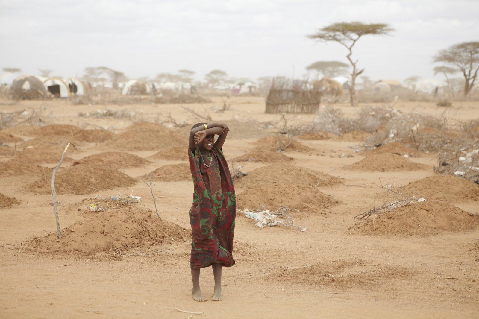Dziewczynka na cmentarzu uchodźców na obrzeżach Dadaab wKenii Dziewczynka na cmentarzu uchodźców na obrzeżach Dadaab wKenii Źródło: Oxfam East Africa, licencja: CC BY 2.0.
