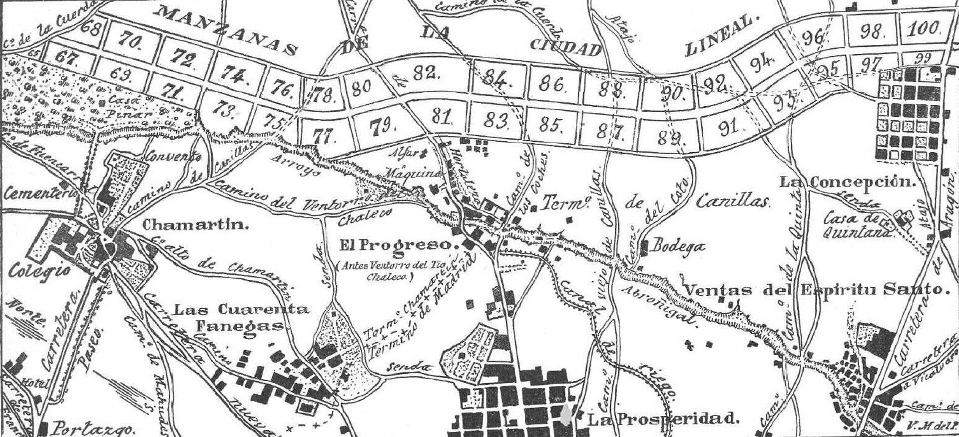 Ilustracja przedstawia liniowy plan miasta Madryt. Wgórnej części umieszczone są ponumerowane działki. Na mapie znajdują się podpisy ważnych miejsc miasta oraz zaznaczona jest główna ulica łącząca najważniejsze części miasta.