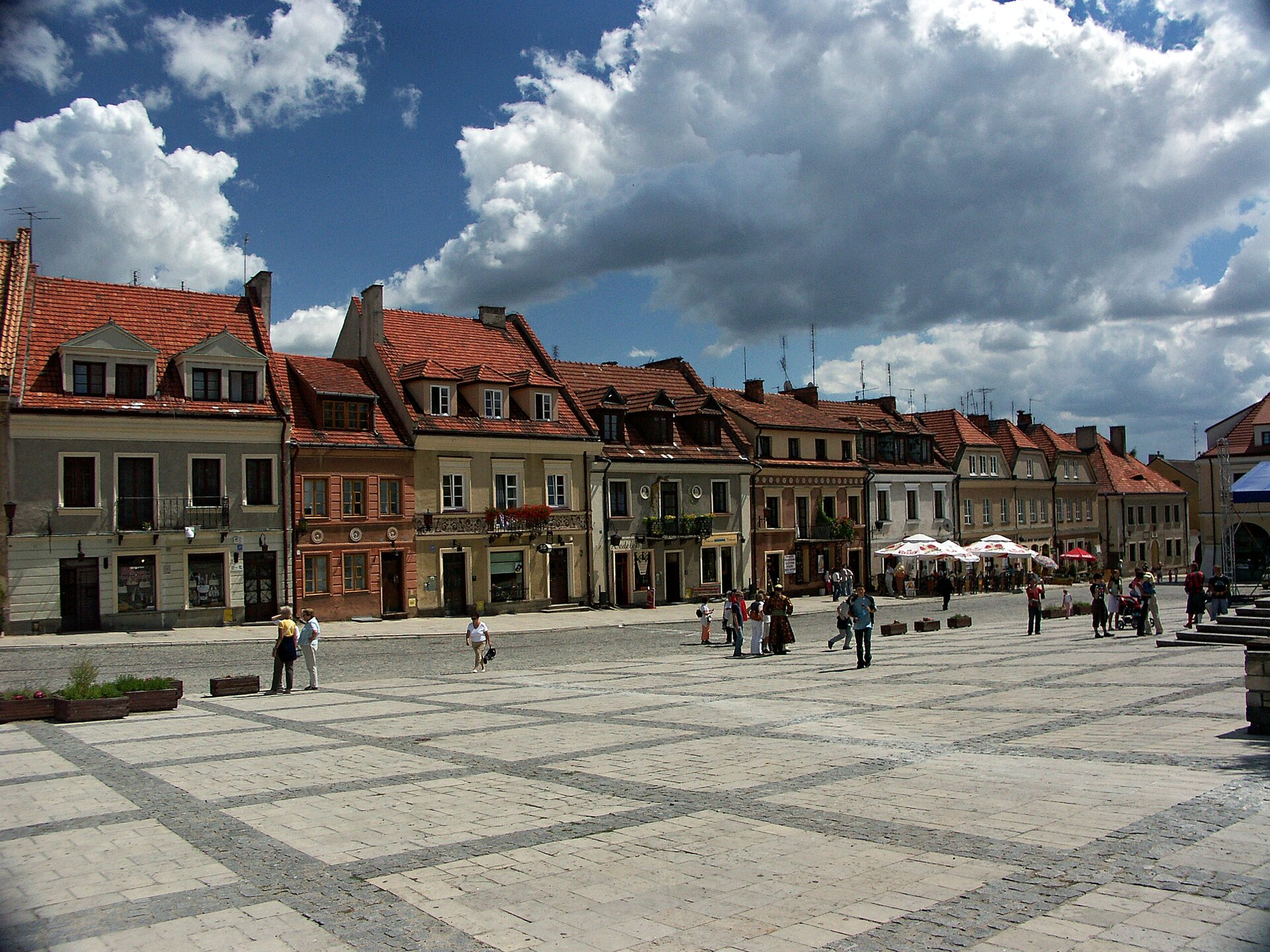 Na zdjęciu kamienice zczerwonymi dachami.