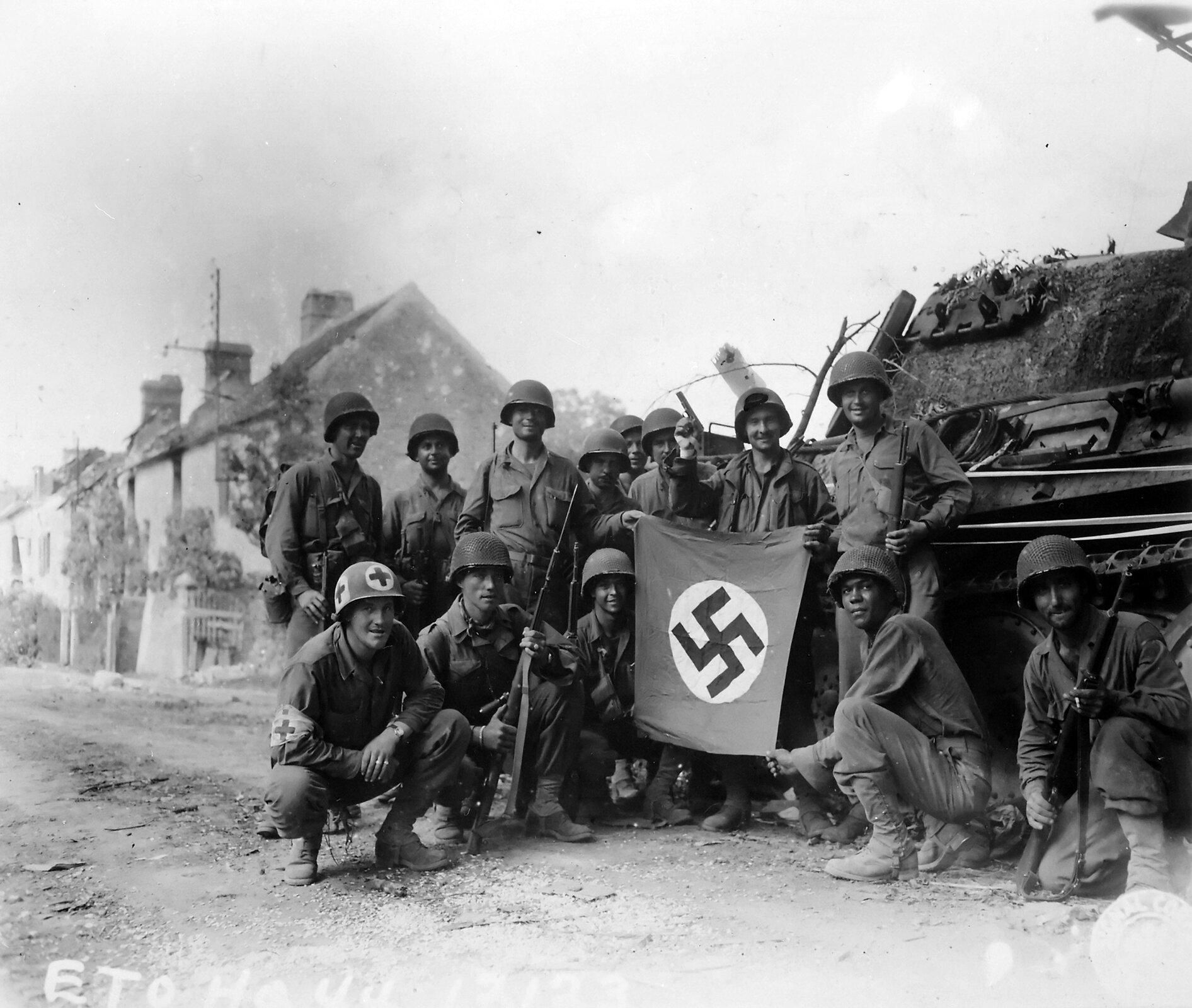Amerykańscy żołnierze wFalais Źródło: Amerykańscy żołnierze wFalais, Fotografia, Narodowe Archiwum USA, domena publiczna.