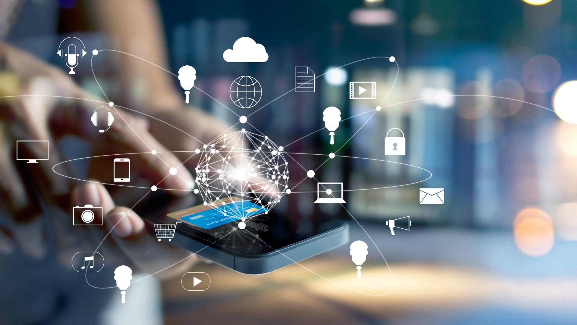 Ilustracja przedstawia człowieka korzystającego zpłatności mobilnych online. Trzyma on wdłoni telefon komórkowy isię nim posługuje za pomocą palców.