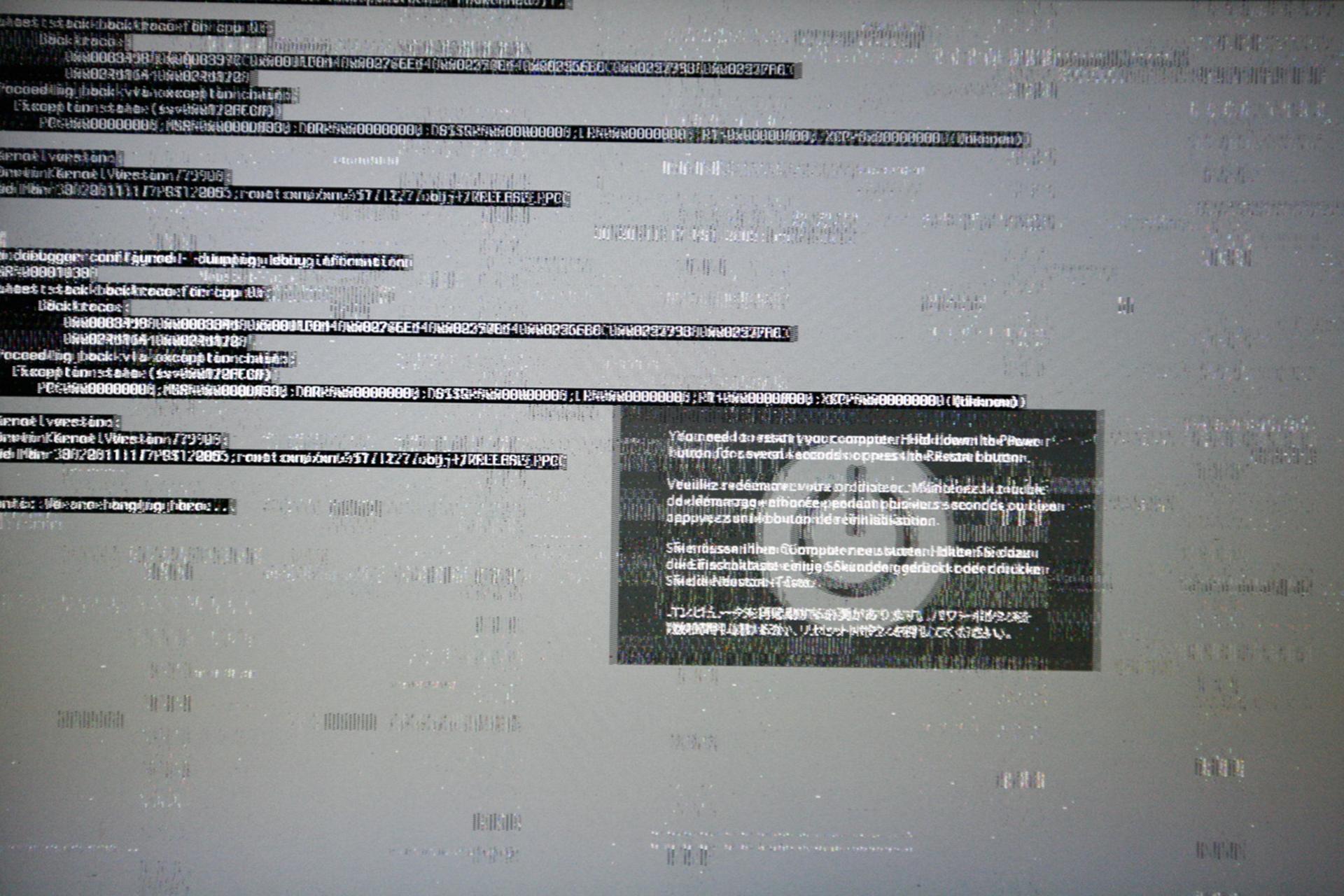 Zdjęcie przedstawia ekran komputera. Ekran pokrywają nakładające się napisy. Napisy są niewyraźne. Tło wkolorze szarym jest zamazane. Zdjęcie drugie przedstawia okno na tle ekranu komputera. Wtle otwarte okno wprzeglądarce. Na tle okna mniejszy prostokąt znapisem: ostrzeżenie znaleziono wirusa. Stopień zagrożenia: wysoki. Opis zagrożenia.