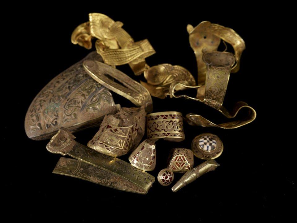 Przykładowe elementy skarbu, biżuterii anglosaskiej, odkrytego whrabstwie Staffordshire, Wielka Brytania. Moment ukrycia datuję się około 700 roku. Przykładowe elementy skarbu, biżuterii anglosaskiej, odkrytego whrabstwie Staffordshire, Wielka Brytania. Moment ukrycia datuję się około 700 roku. Źródło: licencja: CC BY 2.0.
