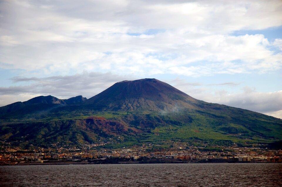 Na zdjęciu szczyt górski, wulkan. Na pierwszym planie zabudowania izbiornik wodny.