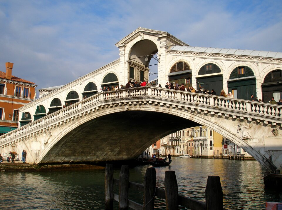 Na zdjęciu jeden zweneckich mostów. Jedno przęsło, pośrodku liczne kramy kupieckie rozdzielone łukami arkad. Na moście wielu turystów.