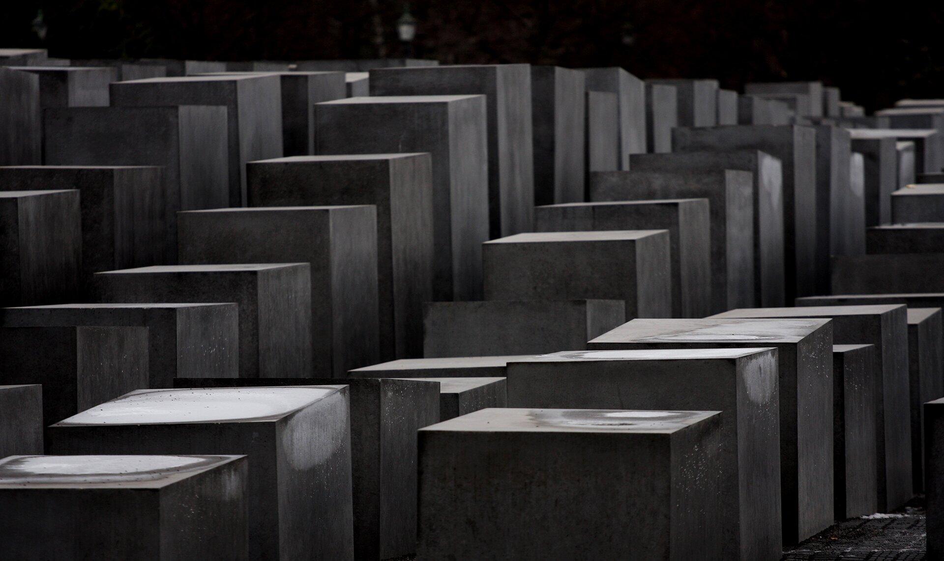 Berliński pomnik poświęcony pamięci europejskich Żydów zgładzonych podczas II wojny światowej Berliński pomnik poświęcony pamięci europejskich Żydów zgładzonych podczas II wojny światowej Źródło: flickr.com/Nicola Romagna, licencja: CC BY 2.0.