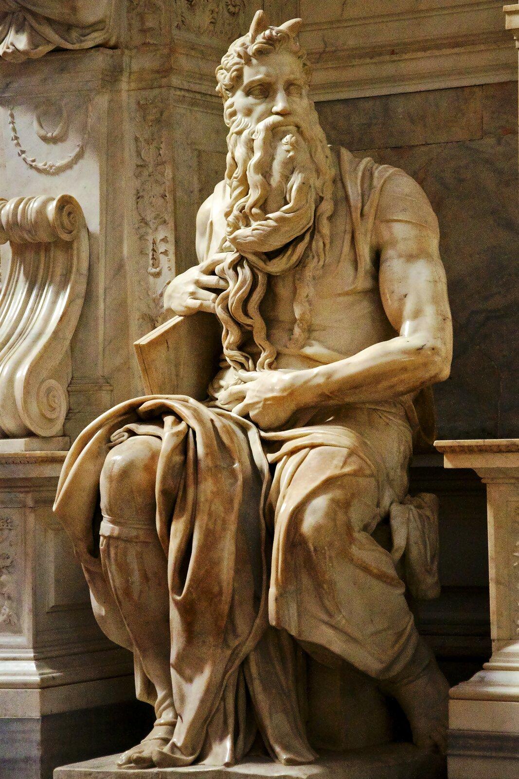 Michał Anioł – rzeźba Mojżesza (1513-1516) Rzeźbana nagrobku papieża Juliusza II wrzymskim kościele św. Piotra wOkowach (San Pietro in Vincoli). Źródło: Goldmund100, Michał Anioł – rzeźba Mojżesza (1513-1516), fotografia, licencja: CC BY-SA 3.0.