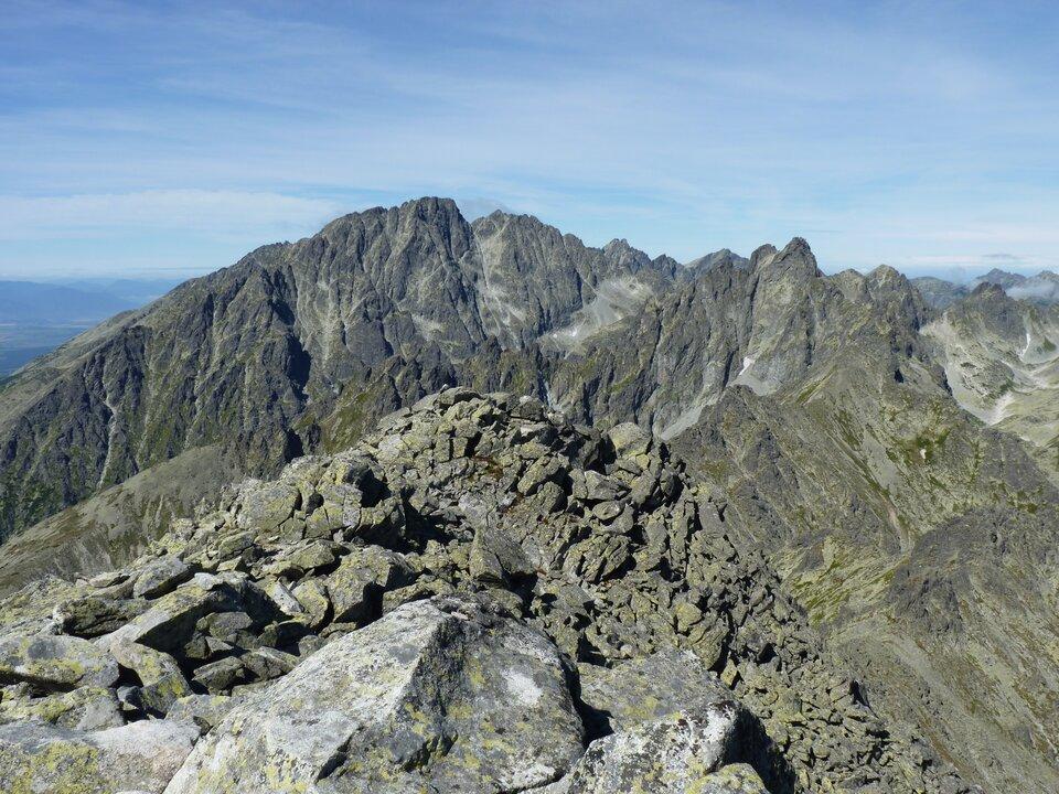 Na zdjęciu skalisty szczyt górski.