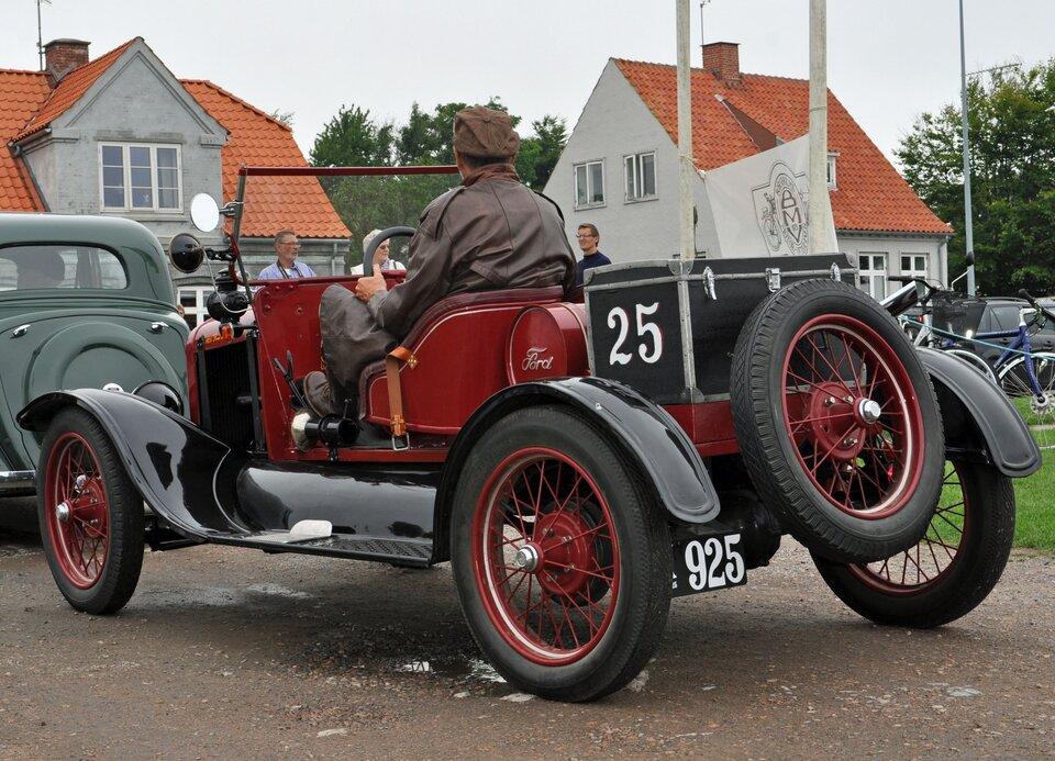 Na zdjęciu stary, odrestaurowany samochód.
