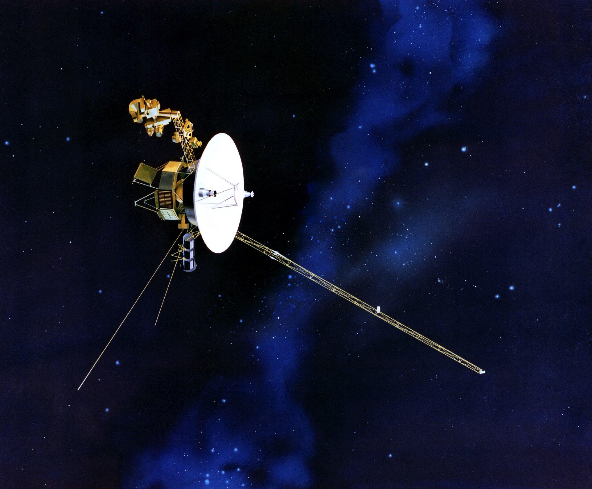 Ilustracja przedstawia bezzałogową sondę kosmiczną Voyager 2. Tło ciemnogranatowe, zmałymi jasnymi punkcikami imitującymi gwiazdy. Na ilustracji widoczna sonda składająca się zbiałego talerza satelitarnego oraz połączonej znim (z tyłu) złotej aparatury. Zdołu odchodzą wróżnych kierunkach trzy długie, najprawdopodobniej metalowe, pręty.