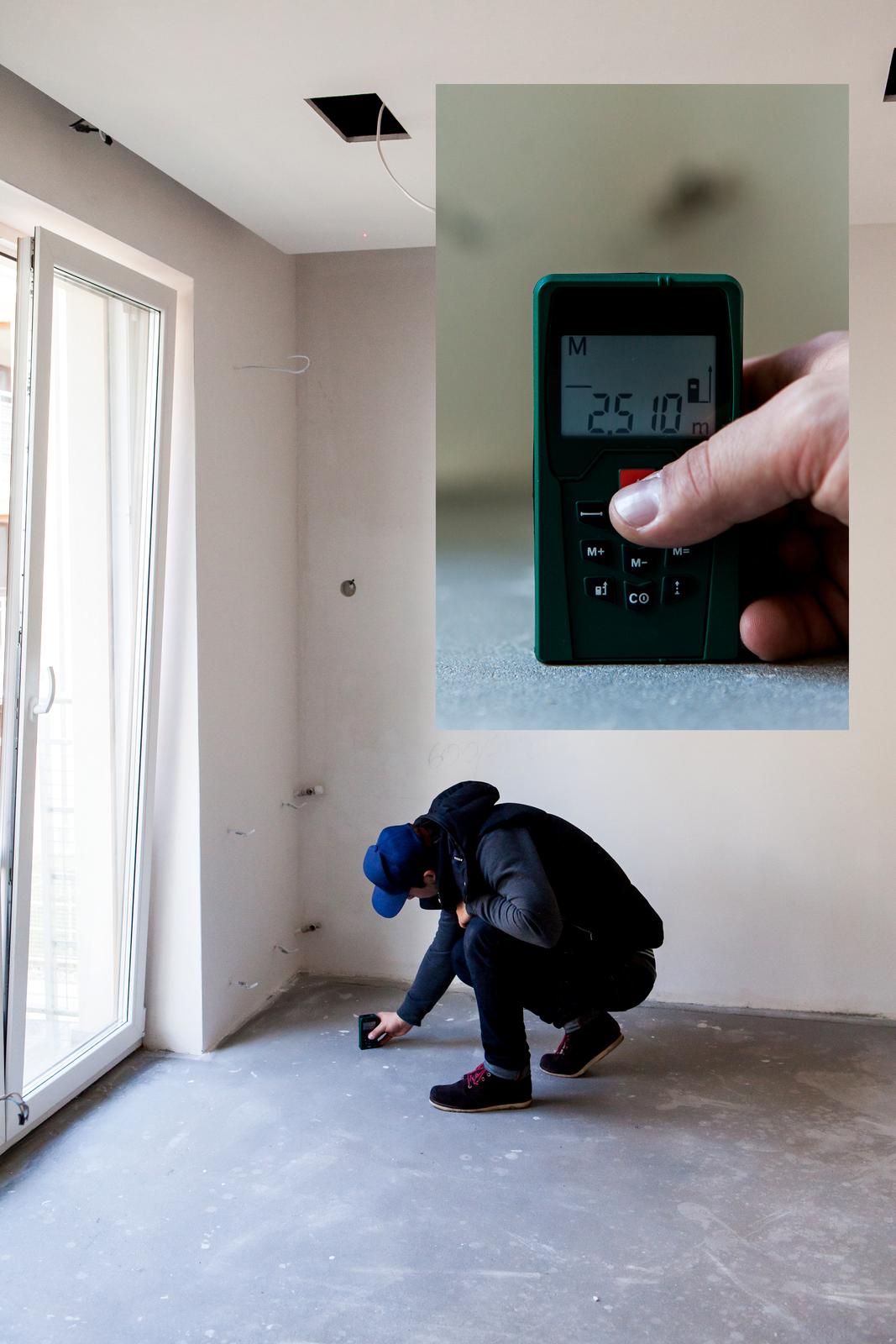 Zdjęcie przedstawiające osobę dokonującą pomiaru pomieszczenia za pomocą dalmierza. Wrogu zdjęcia powiększenie wyświetlacza przyrządu.