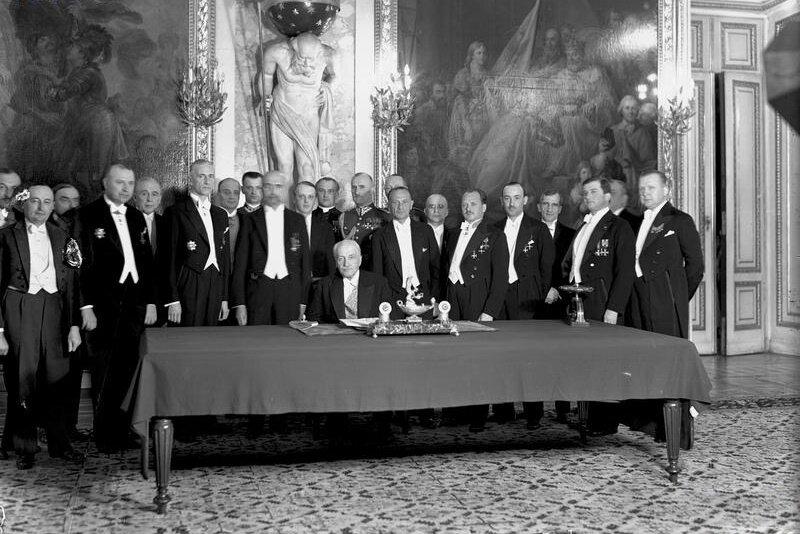 Uroczystość podpisania Konstytucji kwietniowej Źródło: Uroczystość podpisania Konstytucji kwietniowej, Fotografia, Narodowe Archiwum Cyfrowe, licencja: CC BY-SA 2.5.