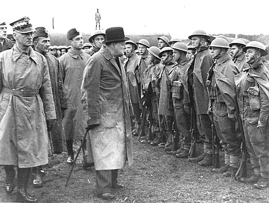 Winston Churchill dokonuje przeglądu wojsk polskich wWielkiej Brytanii (z lewej Władysław Sikorski) Źródło: Winston Churchill dokonuje przeglądu wojsk polskich wWielkiej Brytanii (z lewej Władysław Sikorski), domena publiczna.