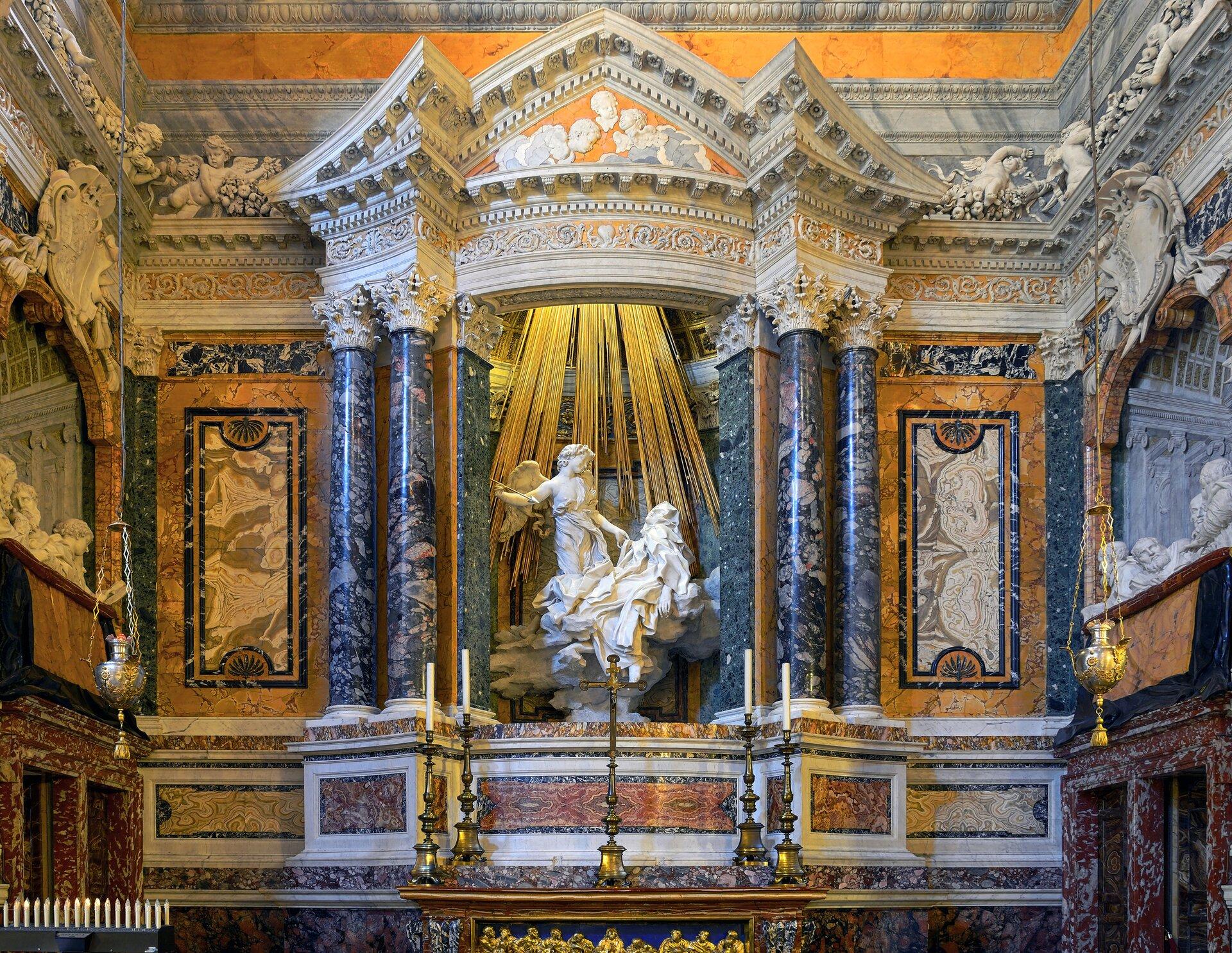 Ekstaza świętej Teresy we wnętrzu kaplicy Cornaro wSanta Maria della Vittoria Ekstaza świętej Teresy we wnętrzu kaplicy Cornaro wSanta Maria della Vittoria Źródło: fot. Livioandronico2013 , Gianlorenzo Bernini, 1645–1652, licencja: CC BY-SA 4.0.