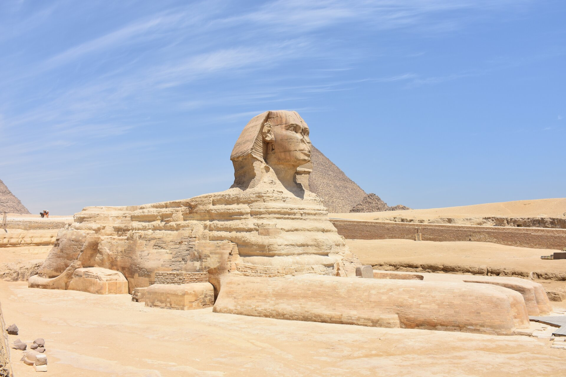 Ilustracja interaktywna przedstawia fotografię wykonaną wEgipcie, która pokazuje Wielkiego Sfinksa. Jest to uskrzydlone stworzenie ociele lwa oraz głowie ipiersiach kobiety. Za Sfinksem widoczne są piramidy wGizie.
