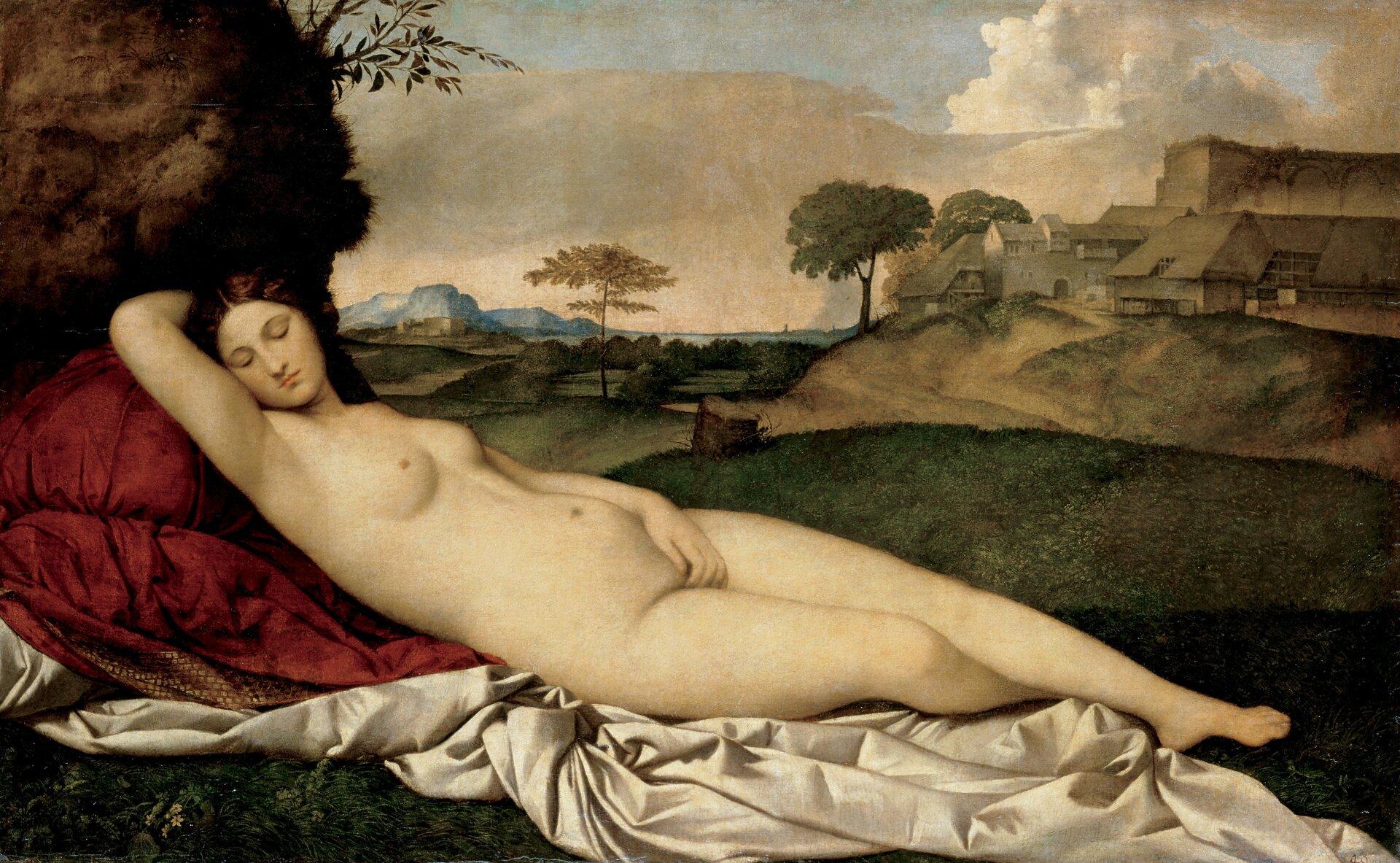 """Ilustracja  okształcie poziomego prostokąta przedstawia obraz Giorgione """"Śpiąca Wenus"""". Na pierwszym planie, na zielonej polanie, ukazana jest ułożona na udrapowanych, czerwono-białych materiałach śpiąca bogini. Lewą ręką zasłania łono, prawą ma ułożoną pod głową. Ma długie, brązowe włosy iskrzyżowane nogi. Wtle, na wzniesieniu widoczne są zabudowania. Woddali teren porośnięty jest drzewami ikrzewami. Nad nimi rozpościera się błękitne niebo pokryte chmurami."""