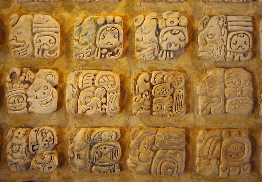 Pismo Majów – hieroglify Pismo Majów – hieroglify Źródło: Kwamikagami, 2004, domena publiczna.