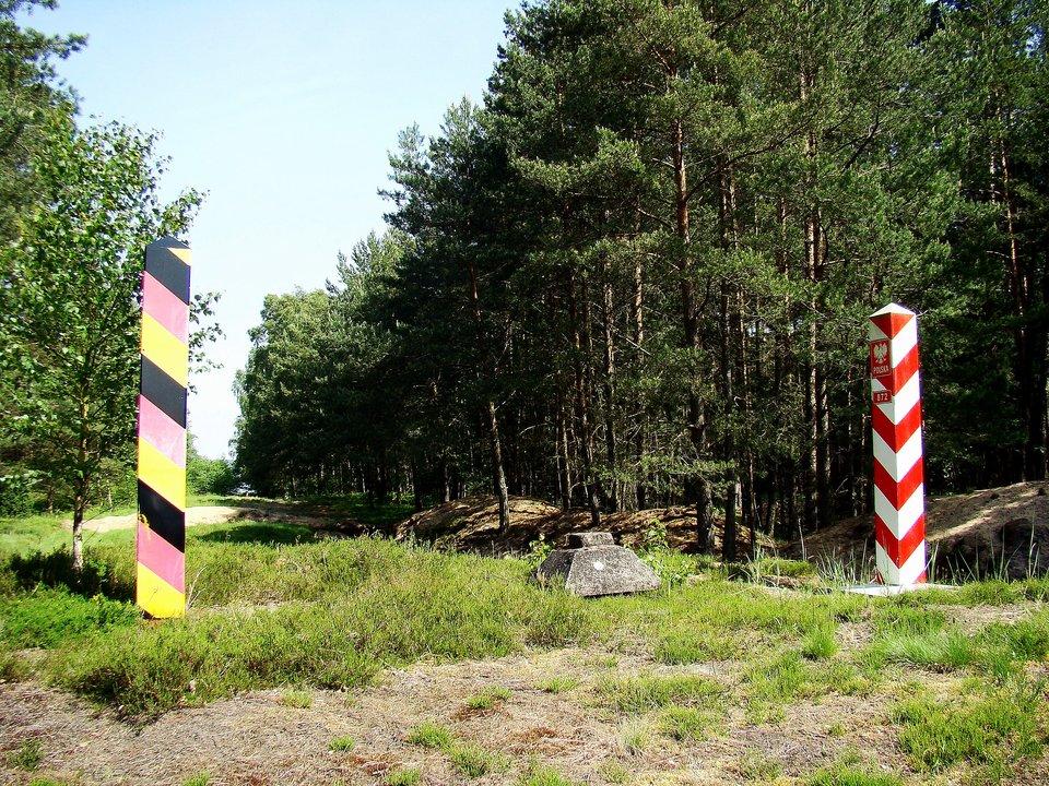 Granica państwowa polsko-niemiecka, znak graniczny nr. 872, okolice Myśliborza Wielkiego Źródło: Mateusz War, Granica państwowa polsko-niemiecka, znak graniczny nr. 872, okolice Myśliborza Wielkiego, Fotografia, licencja: CC BY-SA 3.0.