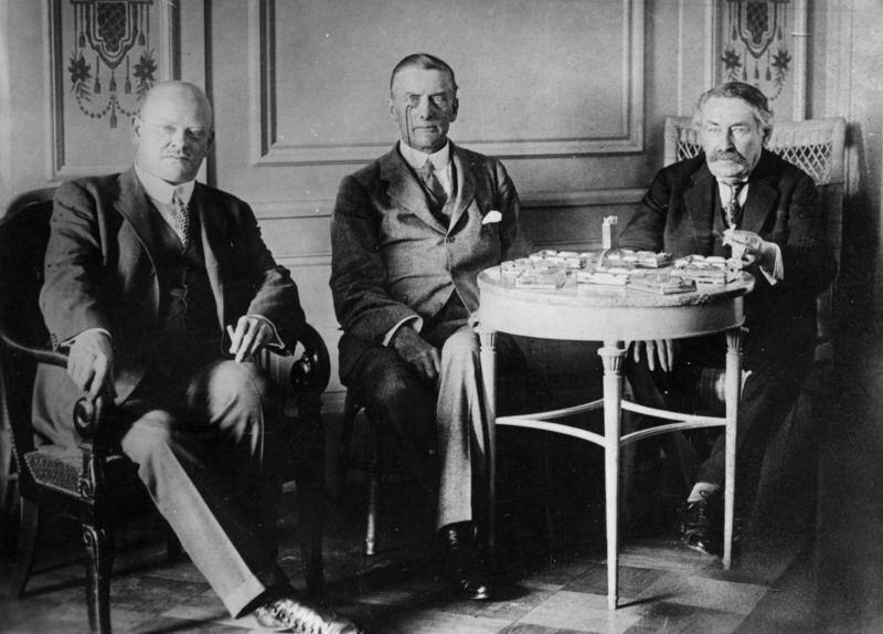 Od lewej: Gustav Stresemann, Austen Chamberlain, Aristide Briand podczas spotkania wLocarno Źródło: Od lewej: Gustav Stresemann, Austen Chamberlain, Aristide Briand podczas spotkania wLocarno, Bundesarchiv, licencja: CC BY-SA 3.0.