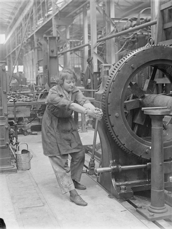 Pracownica Królewskiej Fabryki Źródło: Lewis, Pracownica Królewskiej Fabryki, 1918, Imperial War Museums, domena publiczna.