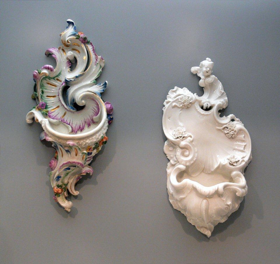 """Ornamentwtypie """"Rocaille"""" muszlowym typowym dla rokoka. Po raz pierwszy wykorzystany w1730 r. Ornamentwtypie """"Rocaille"""" muszlowym typowym dla rokoka. Po raz pierwszy wykorzystany w1730 r. Źródło: FA2010, domena publiczna."""