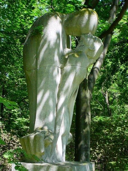 """Dusza odrywająca się od ciała Xavery Dunikowski,Dusza odrywająca się od ciała Źródło: Xavery Dunikowski, Dusza odrywająca się od ciała, licencja: CC BY 3.0, [online], dostępny winternecie: https://commons.wikimedia.org/wiki/File:Xawery_Dunikowski_-_Jedna_z_wersji_rzeźby_""""Dusza_odrywająca_się_od_ciała""""..JPG [dostęp 27.10.2015 r.]."""
