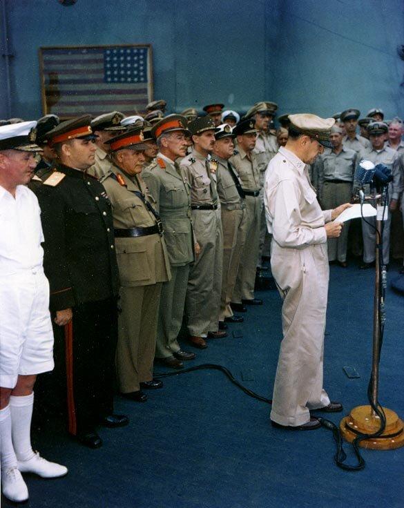 """Gen. MacArthur na pokładziepancernikaUSS """"Missouri""""podczas podpisania kapitulacji Japonii Gen. MacArthur na pokładziepancernikaUSS """"Missouri""""podczas podpisania kapitulacji Japonii Źródło: domena publiczna."""