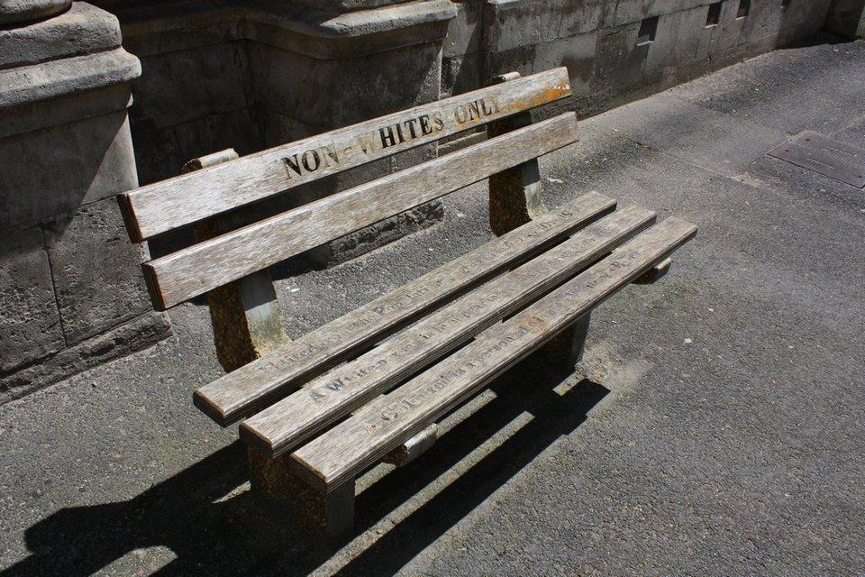 ławka tylko dla nie-białych Źródło: Fotografia, licencja: CC BY-SA 3.0.