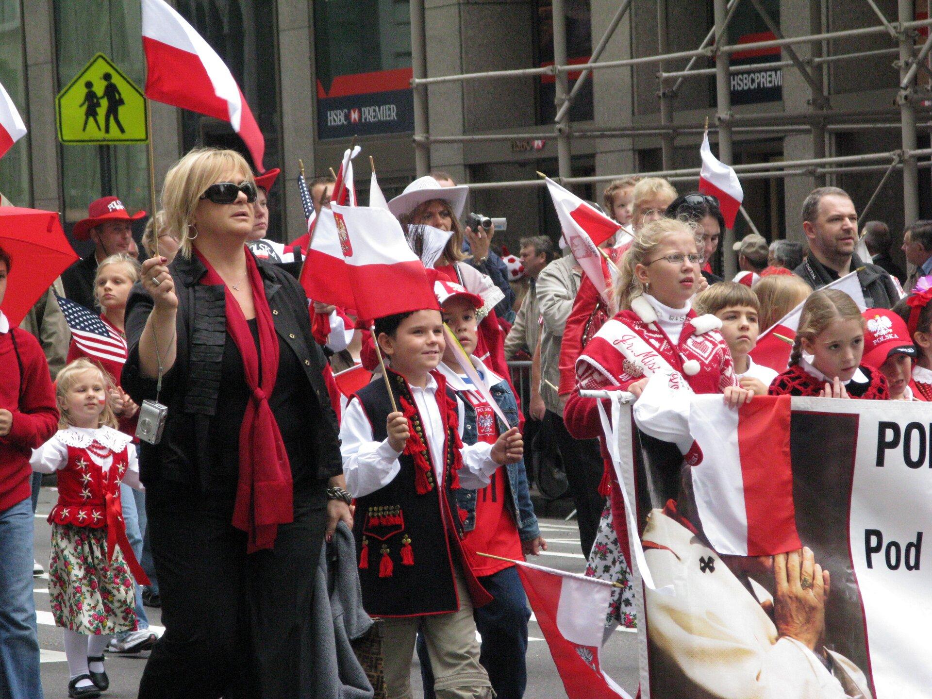 Polsko-amerykańska parada wNowym Jorku Źródło: Salon Nowojorski, Polsko-amerykańska parada wNowym Jorku, licencja: CC BY-SA 2.0.