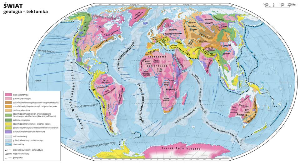Ilustracja przedstawia mapę świata. Wody zaznaczono kolorem niebieskim. Na mapie za pomocą kolorów przedstawiono geologię – tektonikę. Na mapie przedstawiono tarcze iplatformy, obszary fałdowań, pokrywę sedymentacyjną, skały wulkaniczne, szelf kontynentalny, grzbiet śródoceaniczny irów oceaniczny. Różnymi rodzajami linii zaznaczono strefę kolizji płyt litosfery, młode rowy tektoniczne igłówne uskoki. Największy obszar (Afryka, wschodnia część Europy, zachodnia część obu Ameryk, wschodnia część Australii, Antarktyda) pokrywa kolor różowy – tarcza iplatforma prekambryjska. Pozostałe kolory rozłożone są nierównomiernie. Mapa pokryta jest równoleżnikami ipołudnikami. Dookoła mapy wbiałej ramce opisano współrzędne geograficzne co dwadzieścia stopni.