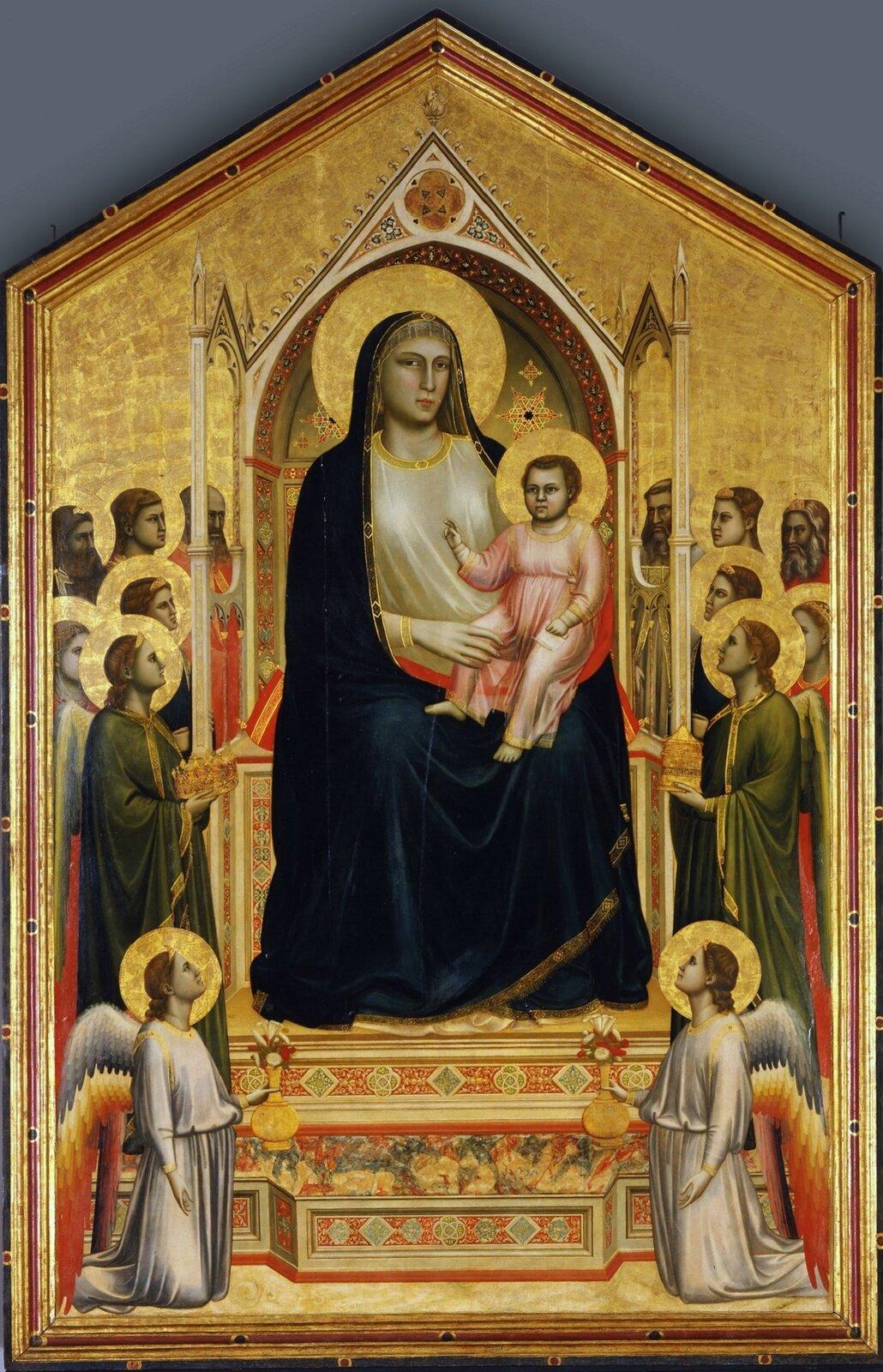 """Ilustracja przedstawia obraz """"Madonna zDzieciątkiem"""" autorstwa Giotta di Bondone. Dzieło ukazuje Matkę Boską zDzieciątkiem zasiadającą na wysokim tronie zbaldachimem. Umieszczona wcentrum postać Marii jest znacznie większa od pozostałych. Jej twarz ujęta jest zpółprofilu, oczy skierowane na odbiorcę. Lekko uśmiechnięte usta nadają postaci ciepły charakter. Ubrana jest wbiałą suknię okrytą ciemno-niebieskim płaszczem. Mały Jezus ma na sobie jasno-różową tunikę. Wznosi prawą rękę wgeście błogosławieństwa. Po obu stronach świętej pary artysta umieści postacie proroków iświętych waureolach. Pod tronem klęczą dwaj aniołowie wbiałych szatach. Tło kompozycji oraz aureole zostały pokryte złotem. Obraz otoczony jest ozdobną, złoto-czerwoną ramą. Wykonane wtechnice temperowej dzieło, zamknięte jest wkształcie pięciokąta."""