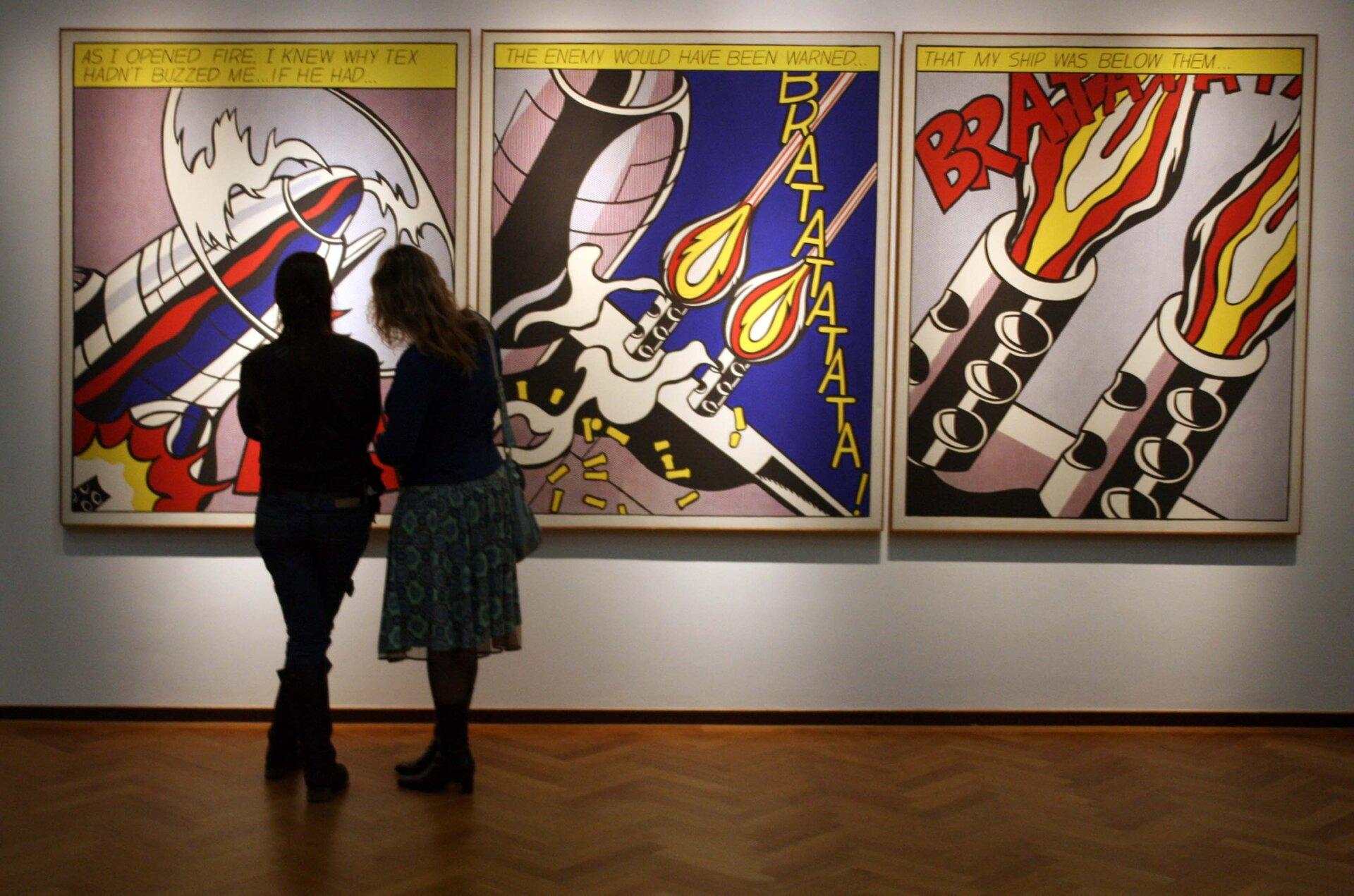 Ilustracja przedstawiająca dwie kobiety wgalerii sztuki oglądające dzieło inspirowane komisem. Widzimy na nim odpalającą rakietę zróżnych perspektyw.
