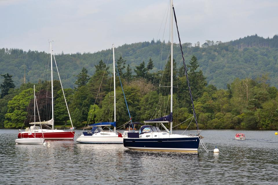 Fotografia prezentująca jachty na jeziorze Mazurskim.