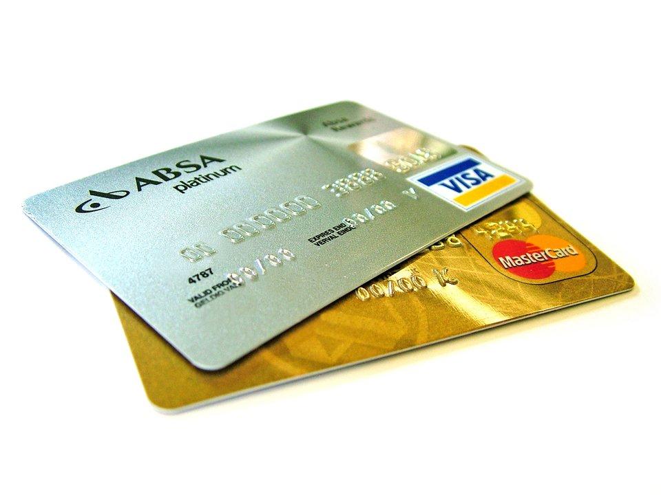 Karty bankowe-kredytowe (zwane plastikowym pieniądzem) Źródło: Lotus Head, Karty bankowe-kredytowe (zwane plastikowym pieniądzem), licencja: CC BY-SA 3.0.