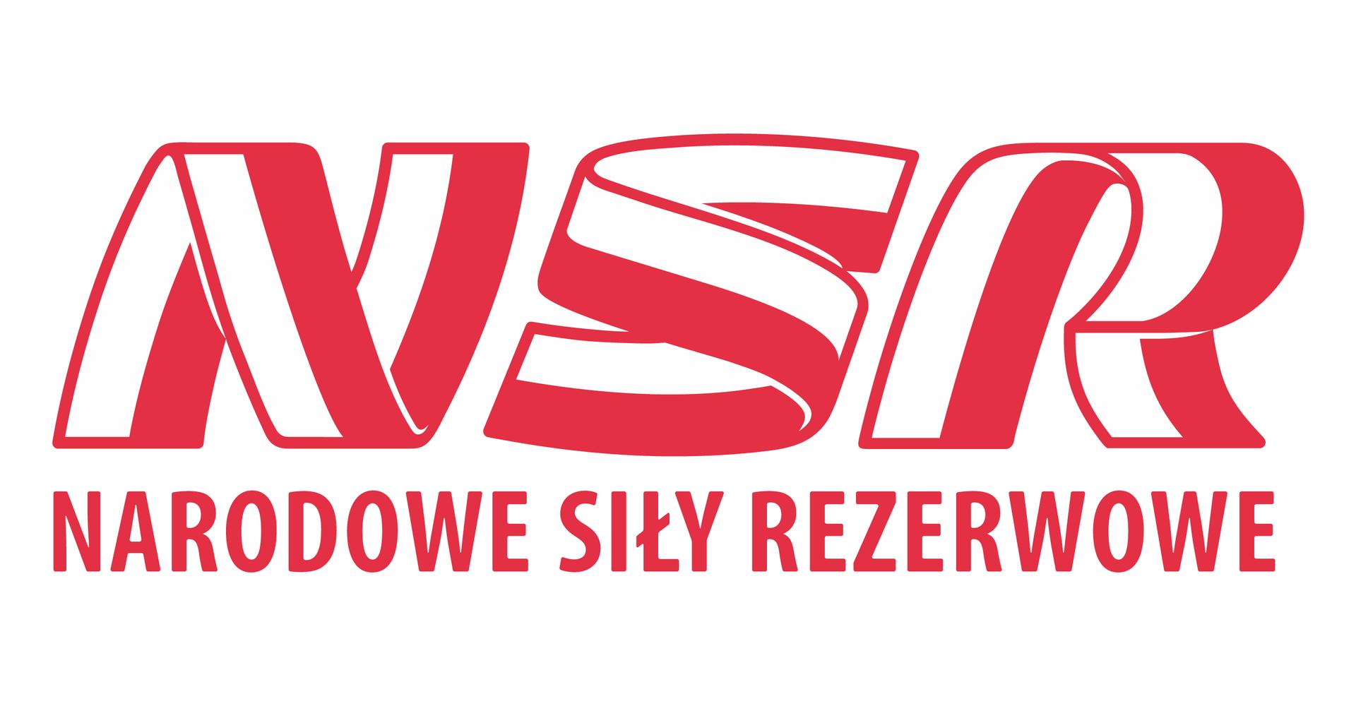 Ilustracja przedstawia logo Narodowych Sił Rezerwowych. Logo to trzy litery NSR. Litery otacza czerwona wąska obwódka. Powierzchnia każdej litery to barwy flagi polskiej. Lewa strona każdej litery to pas biały. Prawa strona to pas czerwony. Poniżej czerwony napis: Narodowe Siły Rezerwowe.